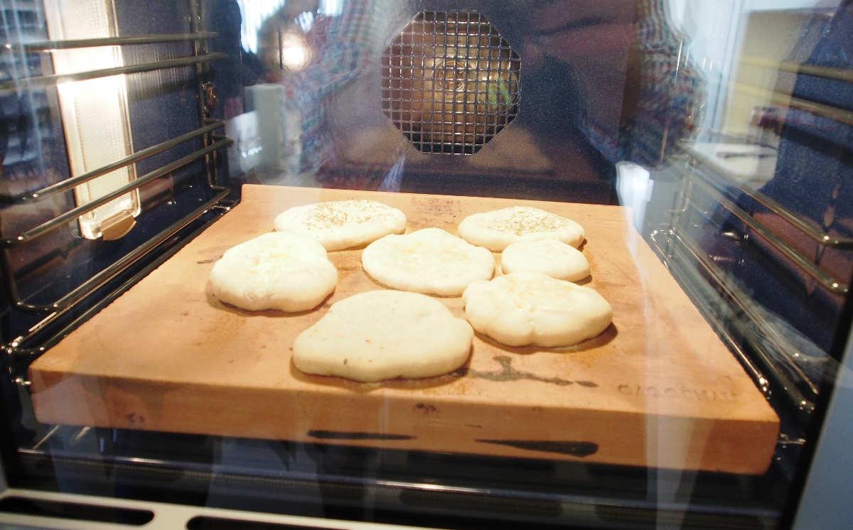 ...als Gebäck haben wir Pizzafladen angedacht - natürlich selbstgemacht und schon in den Ofen mit dem Backstein eingeschossen...