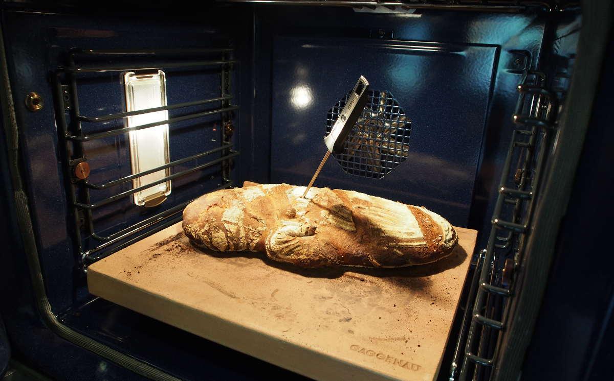 …im anderen Ofen kontrollieren wir die Kerntemperatur des Roggenbrotes…