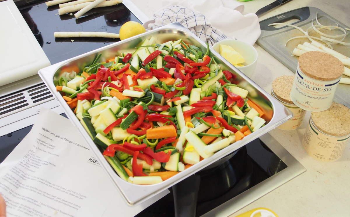 ...und als appetitliches Gemüsebeet in den gelochten Garbehälter wandert...
